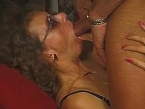 Zaad loopt uit oma haar mond
