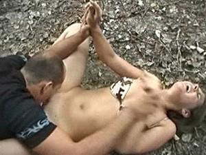 In het bos keihard verkracht