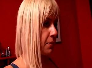 Porno film van blonde meesteres