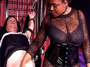 Kinky negerin vernederd travestiet
