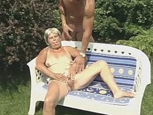 Oma geniet van buitensex