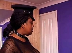 Slaafje hard aangepakt door zwarte meesteres