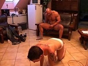 Verkrachter ramt zijn pik in huisvrouw haar droge kut