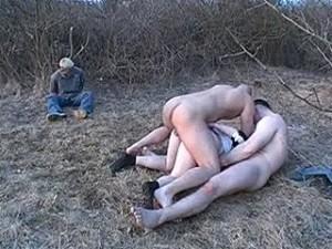 Twee potente kerels randen man zijn vrouw aan