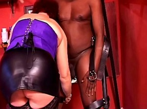 Mollige meesteres straft haar zwarte slaaf