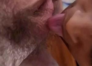 Zus geniet van zaad explosie in haar keel
