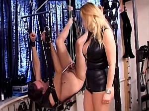In sling opgetakelde slaaf vernederd
