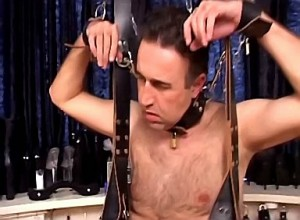 Kinky godin bind slaaf zijn ballen strak af
