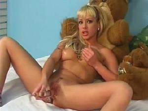 Sexy tiener meisje met doorzichtige dildo in haar klotsdoos
