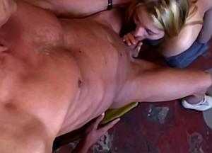 Papa laat zijn tampeloerus pijpen door zijn dochter