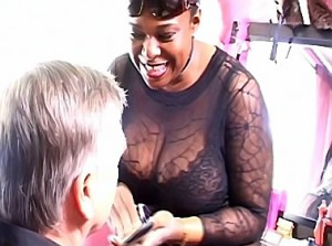 Zwarte gemene domina maakt van haar slaaf een travestie hoer