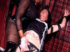 Zwarte mooie godin melkt haar sissy slavin