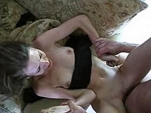Harteloze verkrachter klopt lachend zijn lul leeg