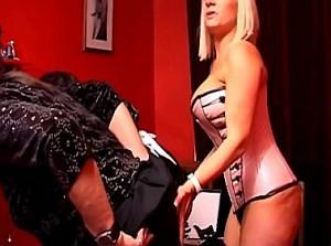 Dominante vrouw vingert haar travestie slavin