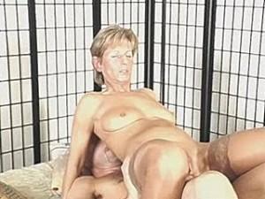 Schoonmaker beukt zijn lul in oma haar punani