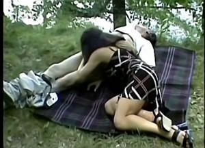 Dochter pijpt vader zijn spermaknots tijdens picknick