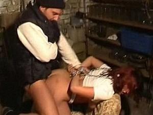 Genadeloze verkrachter pompt zijn vleeslolly in meisje haar kontgaatje