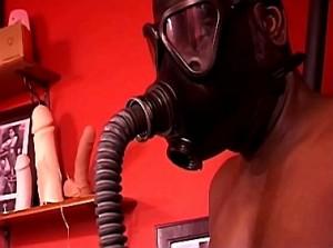 Slaaf moet gasmasker dragen van zijn dominatrix