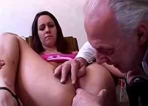 Opa zijn neukstaaf diep in kleindochter haar spleetje